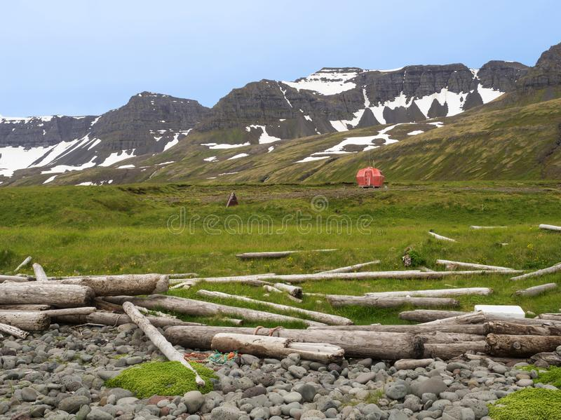 Sitio para acampar de Hloduvik con la cabina roja del refugio de la emergencia que se coloca en t foto de archivo