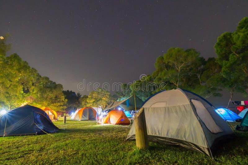 Sitio para acampar en la noche fotos de archivo