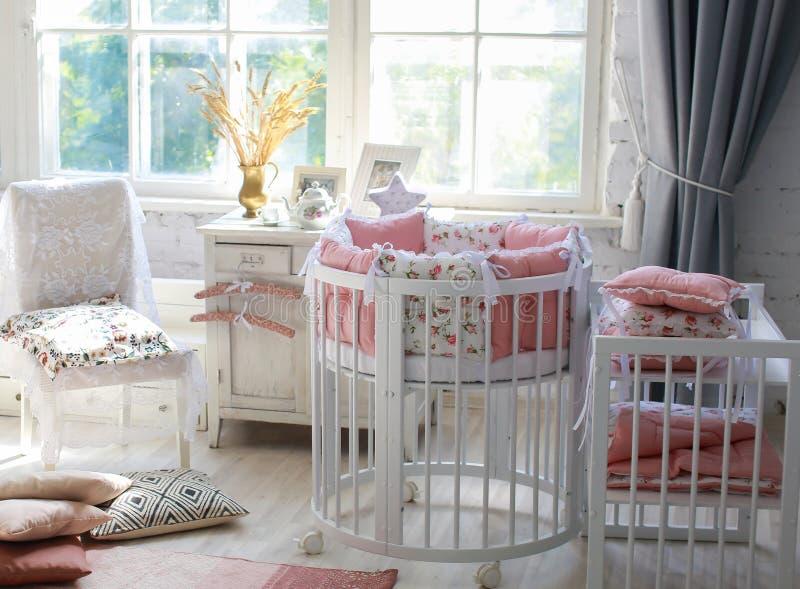 Sitio para el bebé, pesebre redondo del bebé imagen de archivo