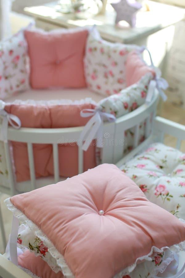 Sitio para el bebé, pesebre redondo del bebé imagenes de archivo