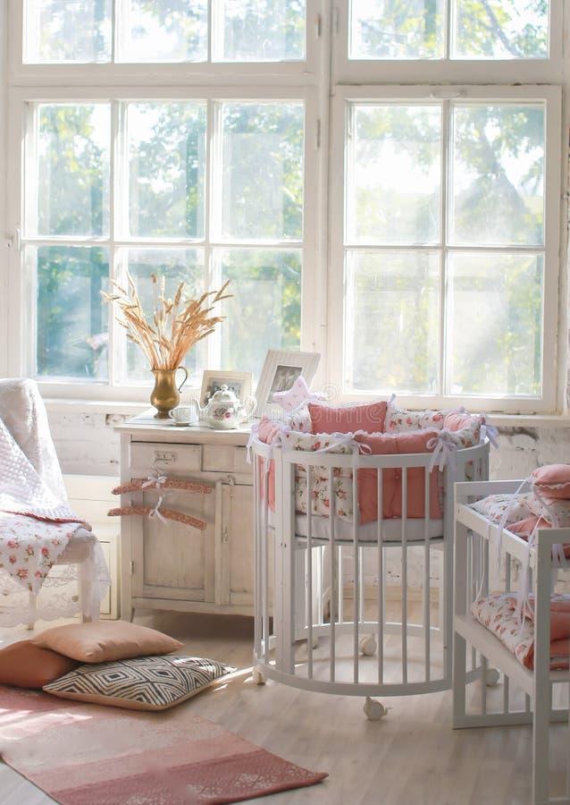 Sitio para el bebé, pesebre redondo del bebé imagen de archivo libre de regalías