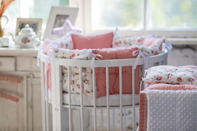 Sitio para el bebé, pesebre redondo del bebé fotos de archivo libres de regalías