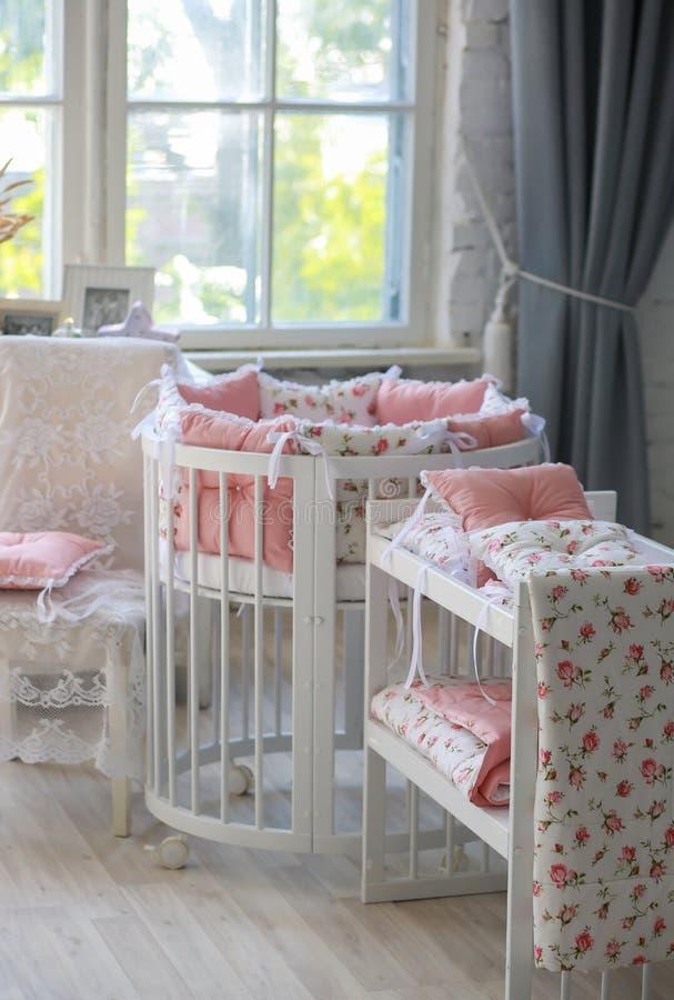 Sitio para el bebé, pesebre redondo del bebé imágenes de archivo libres de regalías