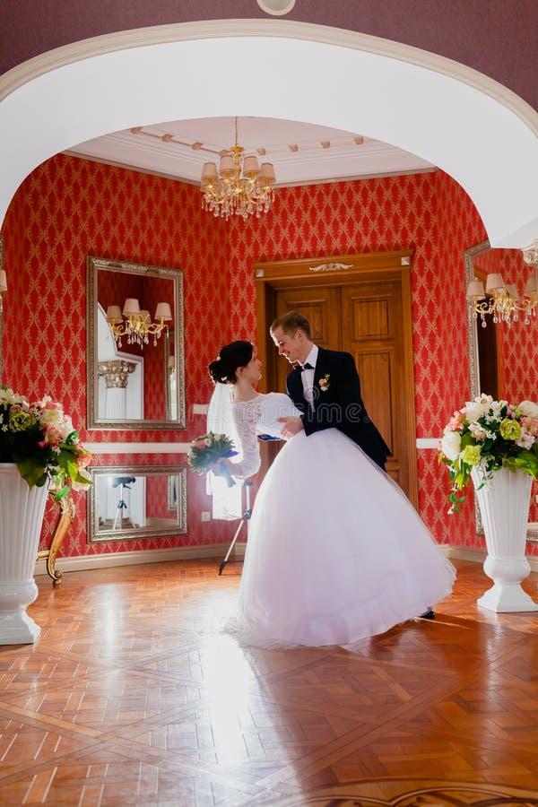 Sitio real rico interior de los pares impresionantes de la boda fotos de archivo