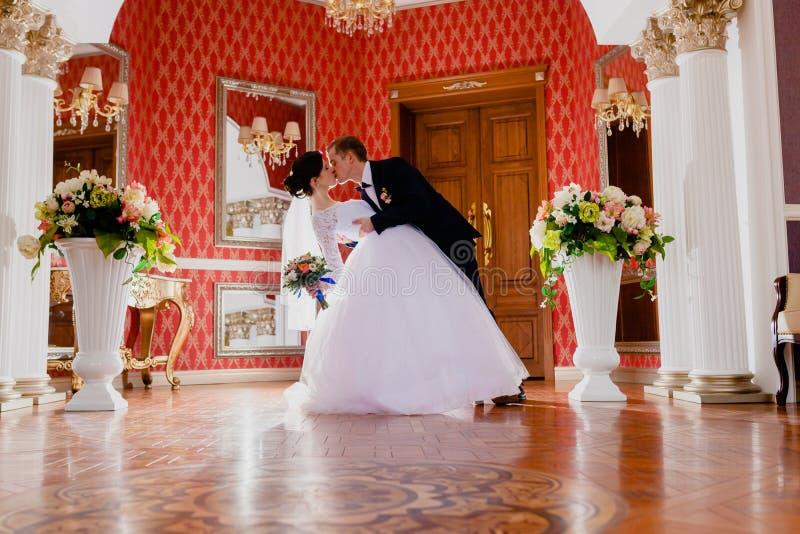 Sitio real rico interior de los pares impresionantes de la boda fotografía de archivo libre de regalías