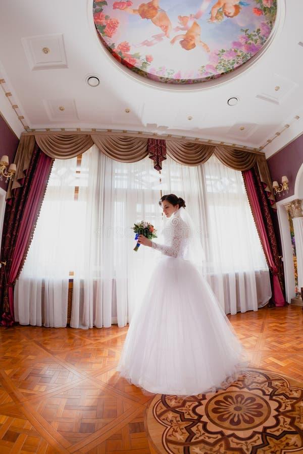Sitio real rico interior del retrato de la novia fotos de archivo libres de regalías