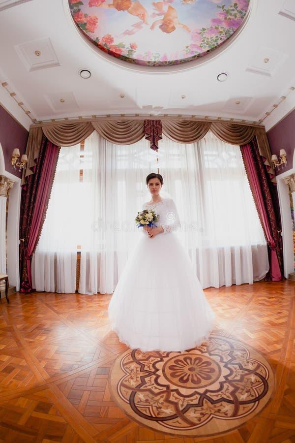 Sitio real rico interior del retrato de la novia fotografía de archivo