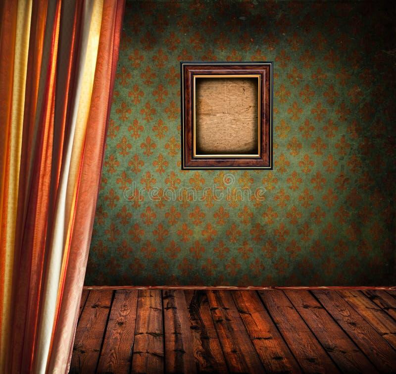 Sitio retro con la cortina y el marco de madera de la foto fotografía de archivo