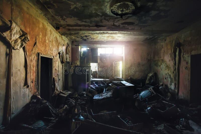 Sitio sucio espeluznante oscuro con las televisiones quebradas y la otra basura imágenes de archivo libres de regalías
