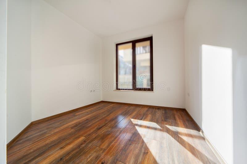 Sitio vacío con la luz natural de ventanas Interior moderno de la casa Paredes blancas Suelo de madera fotos de archivo