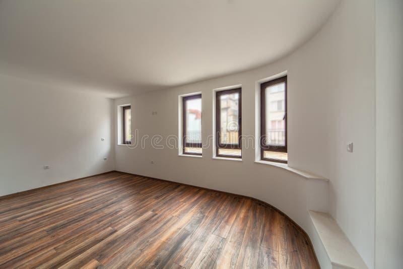 Sitio vacío con la luz natural de ventanas Interior moderno de la casa Suelo de madera imágenes de archivo libres de regalías