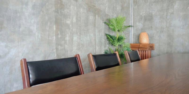 Sitio vacío con la tabla y la silla imágenes de archivo libres de regalías