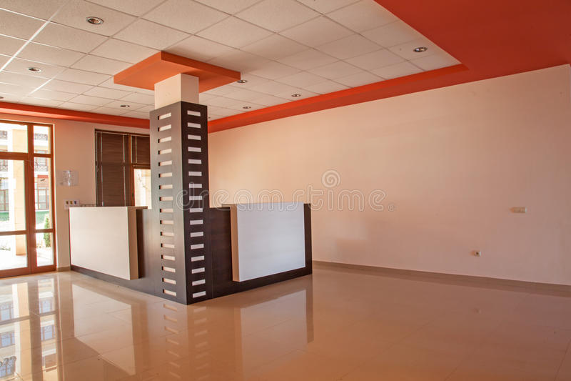 Sitio vacío Interior de la oficina pasillo de la recepción en el edificio moderno imagenes de archivo
