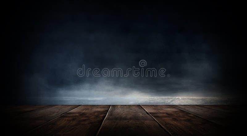 Sitio vacío oscuro con las paredes de ladrillo y las luces de neón, humo, rayos fotografía de archivo