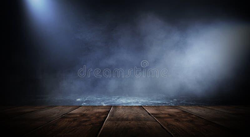 Sitio vacío oscuro con las paredes de ladrillo y las luces de neón, humo, rayos fotografía de archivo libre de regalías