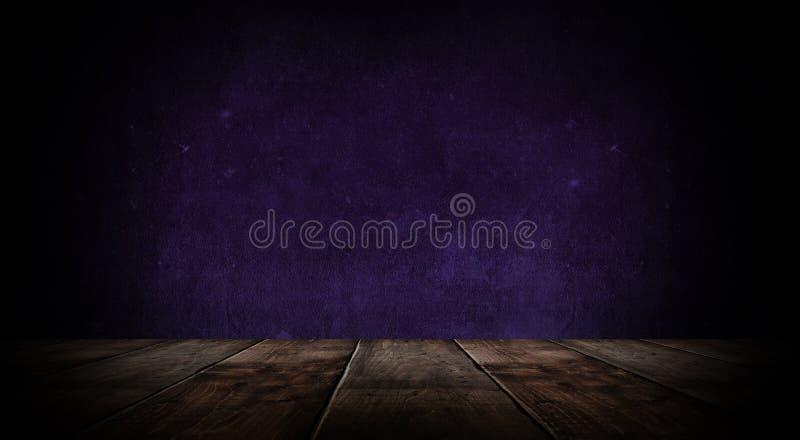 Sitio vacío oscuro con las paredes de ladrillo y las luces de neón, humo, rayos imagen de archivo