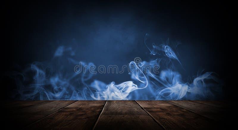 Sitio vacío oscuro con las paredes de ladrillo y las luces de neón, humo, rayos imágenes de archivo libres de regalías