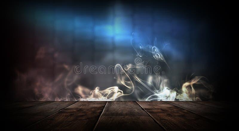 Sitio vacío oscuro con las paredes de ladrillo y las luces de neón, humo, rayos imagen de archivo libre de regalías