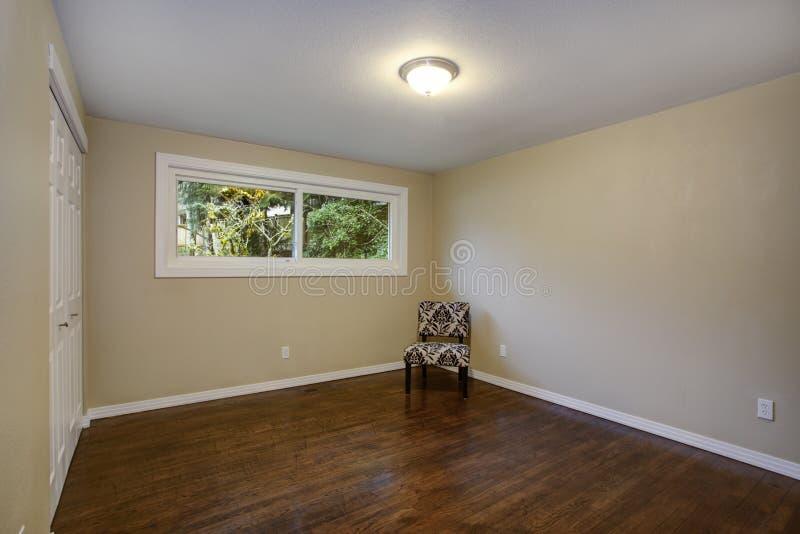 Sitio vacío, paredes de color topo, suelo de parqué en un hogar de lujo imágenes de archivo libres de regalías