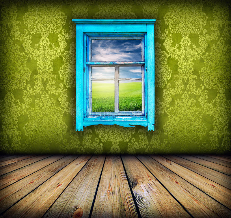 Sitio verde con la ventana con el campo y el cielo sobre él fotografía de archivo