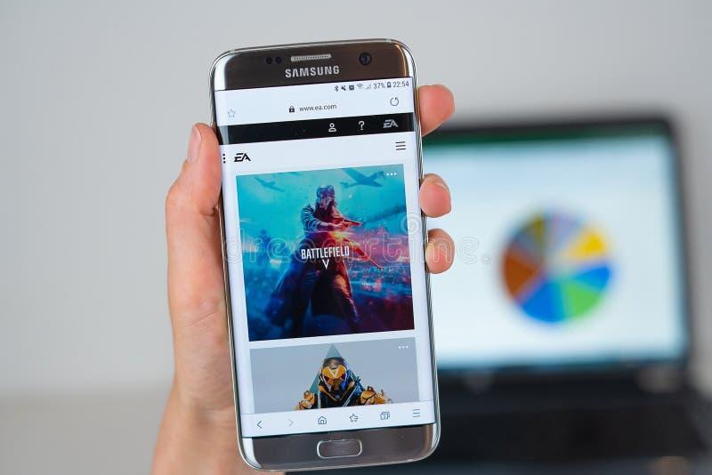 Sitio web de la compañía del EA en la pantalla del teléfono imágenes de archivo libres de regalías