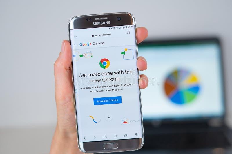 Sitio web de la compañía del navegador de Google Chrome en la pantalla del teléfono fotografía de archivo libre de regalías
