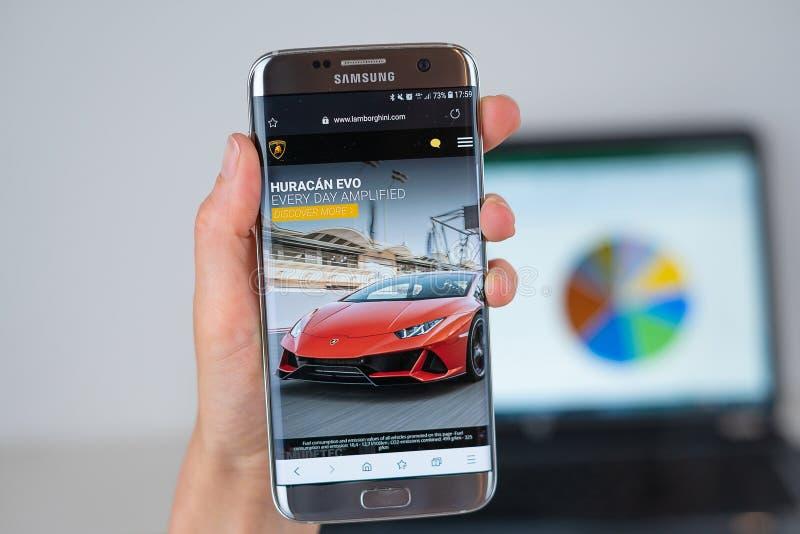 Sitio web de la compañía de Lamborghini en la pantalla del teléfono imagenes de archivo