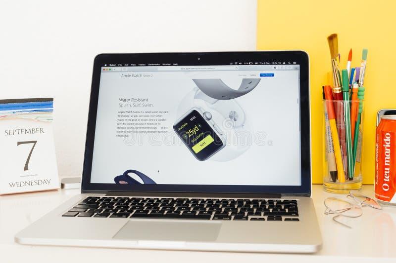 Sitio web de los Apple Computer que muestra a los gps resistentes de agua, foto de archivo