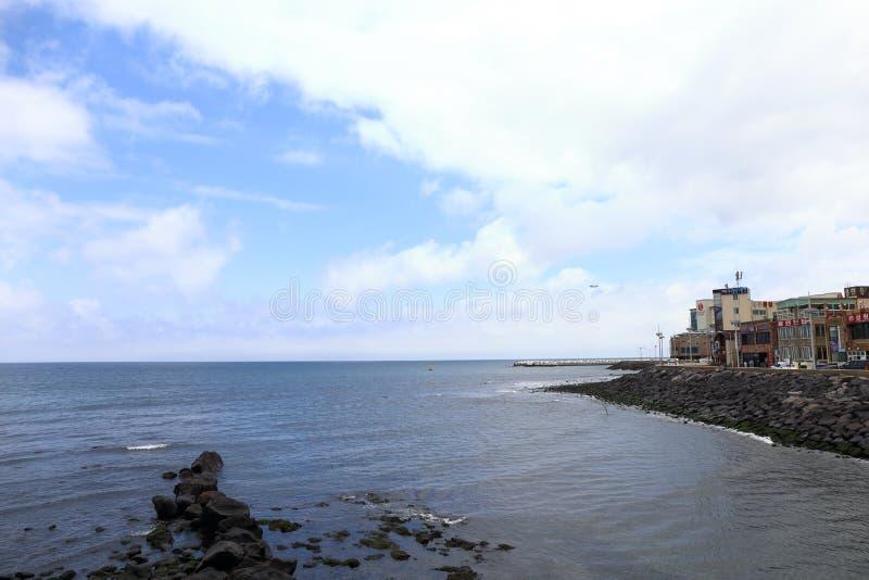 Sitio web Seeing, Walk by the Sea, cerca de Yongyeon Pond en Jeju, Corea imágenes de archivo libres de regalías