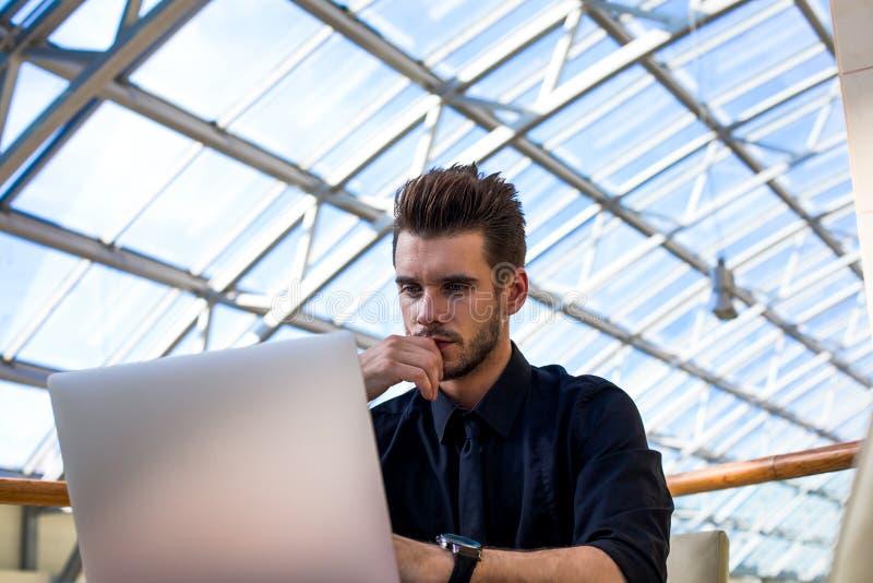 Sitios masculinos pensativos del desarrollador que piensan en nuevas ideas fotografía de archivo