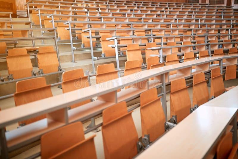Sitios vacíos en nueva sala de conferencias o sala de clase moderna fotos de archivo