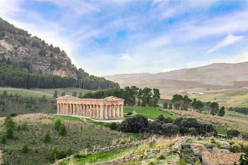 Sito archeologico di Segesta con il tempio greco in Sicilia fotografie stock libere da diritti