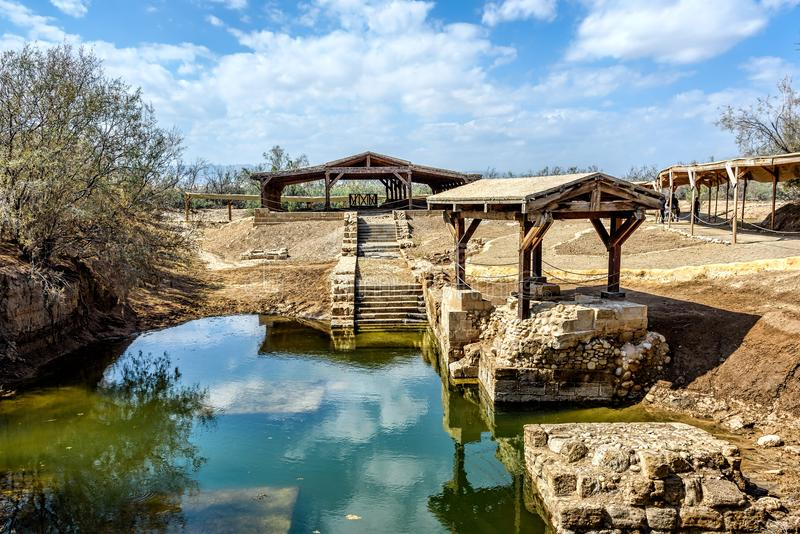 Sito autentico del battesimo del ` di Gesù sotto i cieli blu con Cl lanuginoso fotografie stock libere da diritti