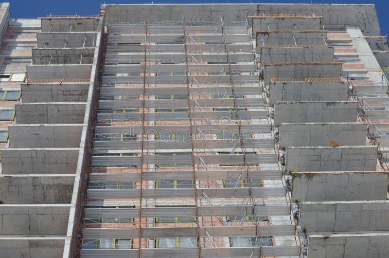 Sito della costruzione di edifici con l'armatura immagine stock libera da diritti