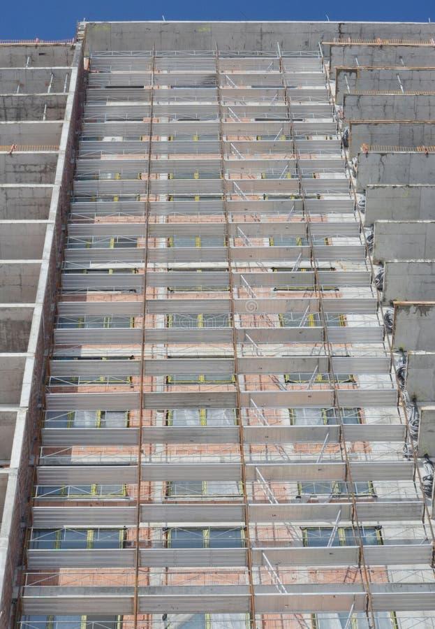 Sito della costruzione di edifici con l'armatura fotografia stock libera da diritti