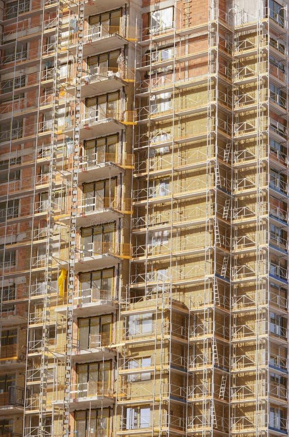 Sito della costruzione di edifici con l'armatura immagine stock