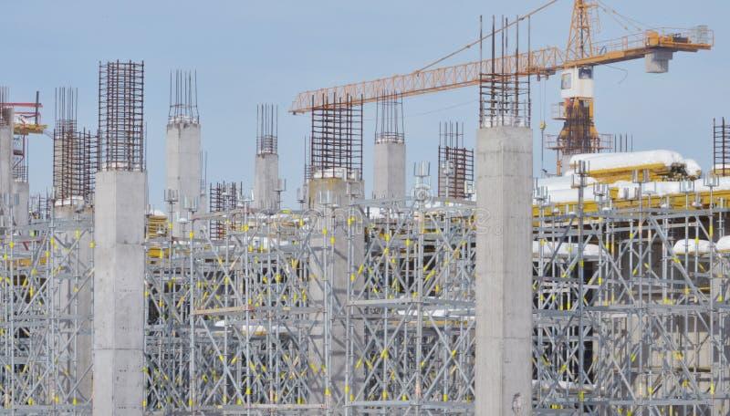 Sito della costruzione di edifici con l'armatura fotografie stock