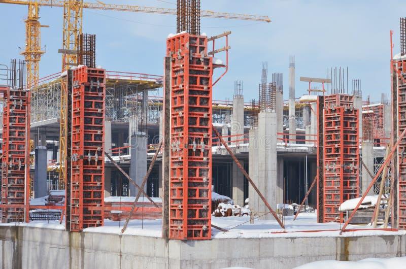 Sito della costruzione di edifici con l'armatura sotto la neve fotografia stock libera da diritti