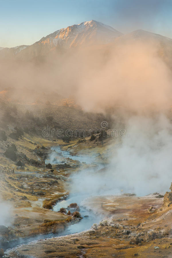 Sito geologico d'ebollizione dell'insenatura calda vulcanica vicino ai laghi mastodontici su una mattina di inverno immagini stock libere da diritti