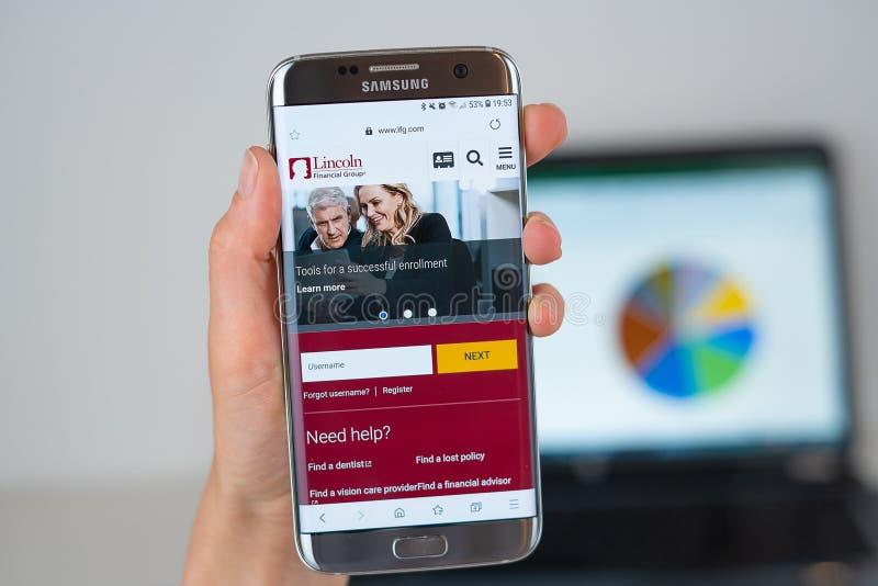 Sito Web della società di Lincoln Financial Group sullo schermo del telefono immagini stock