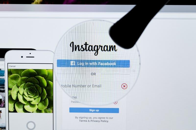 Sito Web di Instagram sotto una lente d'ingrandimento Instagram è una foto mobile online che divide, la divisione del video e ret fotografia stock libera da diritti
