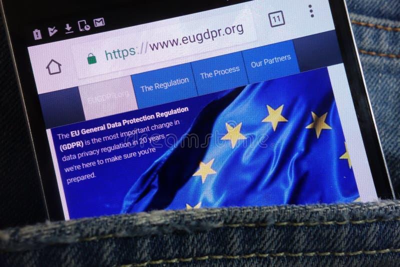 Sito Web di regolamento GDPR di generale protezione dei dati di UE visualizzato sullo smartphone nascosto in tasca dei jeans fotografie stock libere da diritti