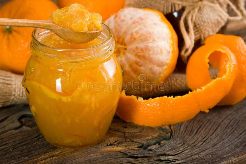 sitt fast orangen arkivfoto