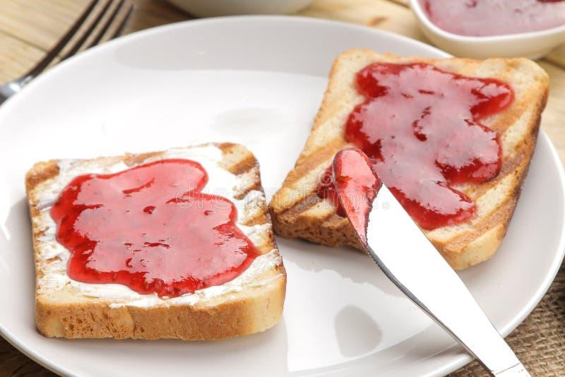 sitt fast rostat bröd stekt frasigt rostat bröd med rött driftstopp på en naturlig trätabell panera upp skivor för korven för ägg royaltyfria bilder