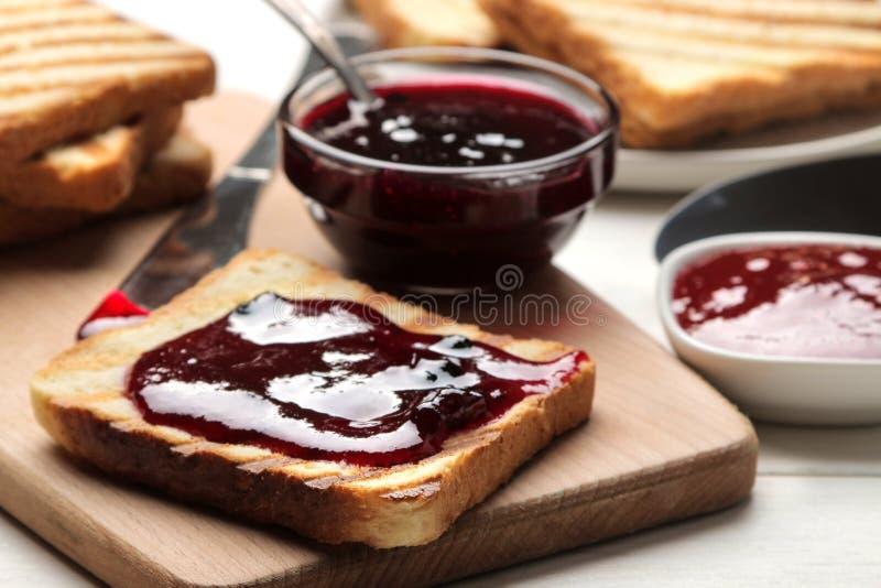 sitt fast rostat bröd stekte frasiga rostade bröd med rött driftstopp på en vit trätabell panera upp skivor för korven för ägg fö royaltyfria foton