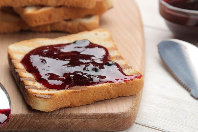 sitt fast rostat bröd stekte frasiga rostade bröd med rött driftstopp på en vit trätabell panera upp skivor för korven för ägg fö arkivfoton