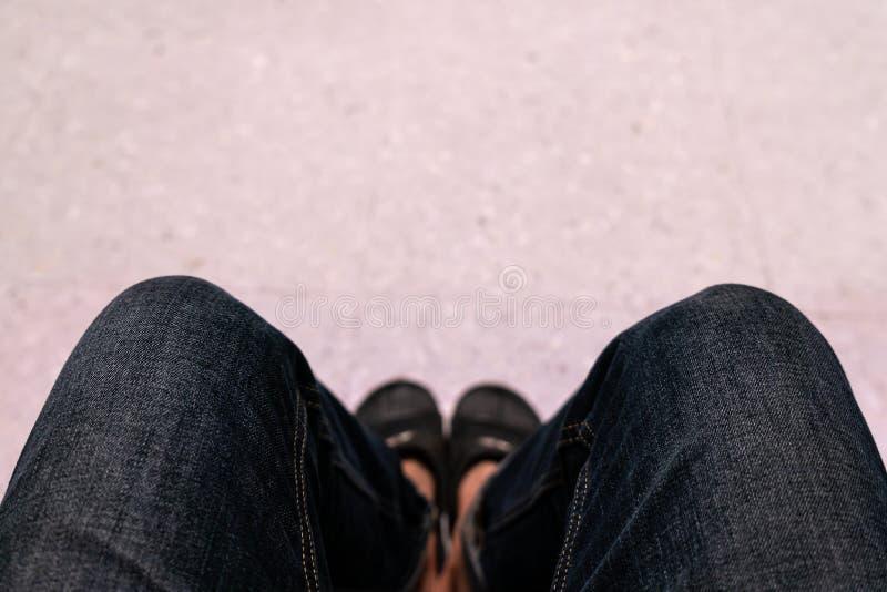 Sitt med dina knän isär fotografering för bildbyråer