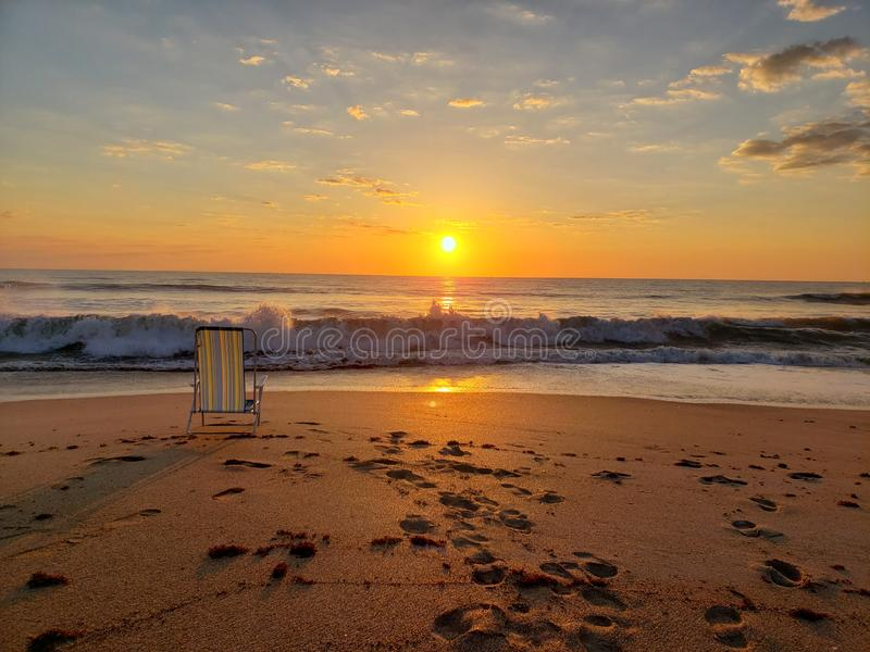 Sitt och njuta av Sunrise fotografering för bildbyråer
