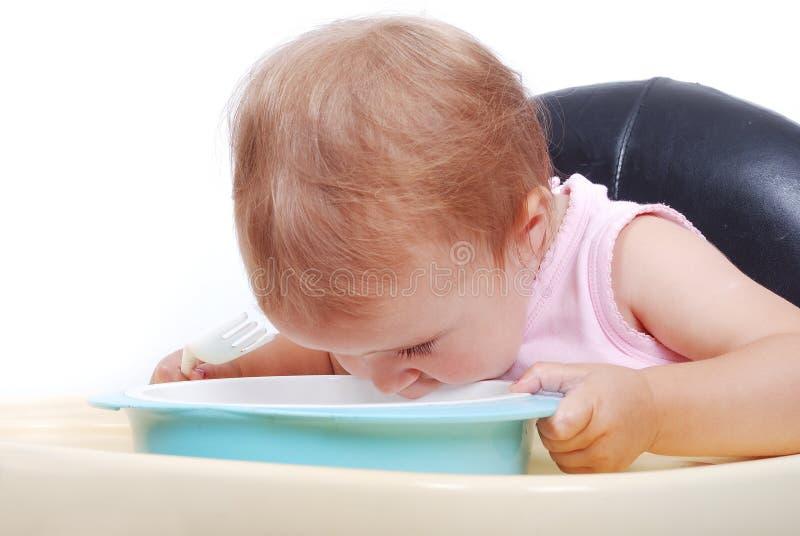 Sitta barnvakt på svart äta för stol royaltyfri fotografi