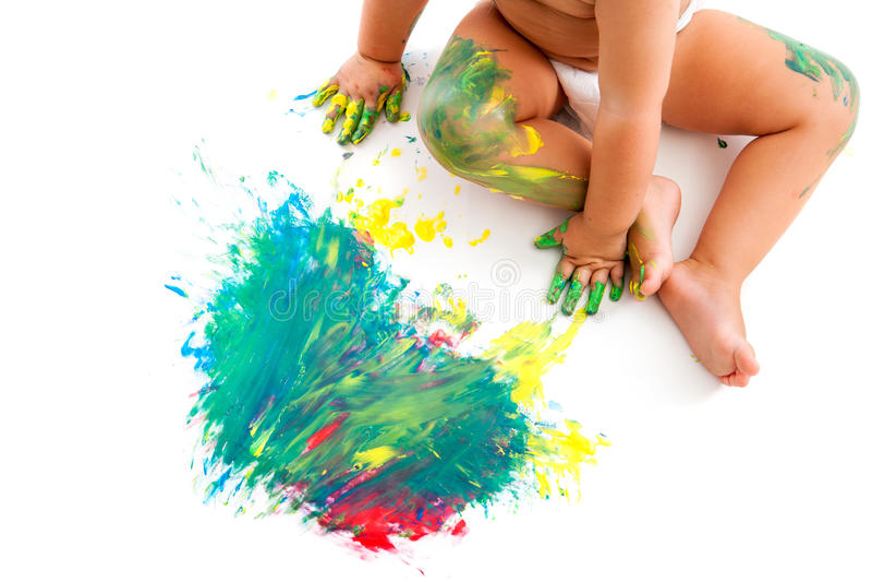 Sitta barnvakt som är propert till den målade mosaiken. arkivbilder